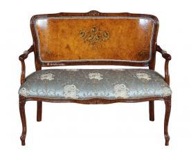 Sofá respaldo en madera decorado a mano de estilo clásico