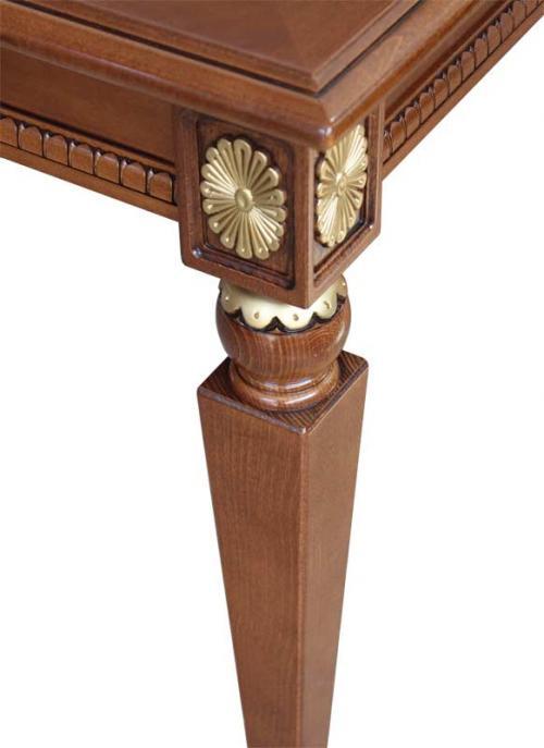 Mesa rectangular con detalles dorados