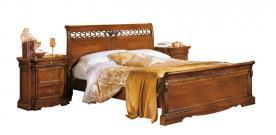 Cama matrimonial en madera de artesanado veneciano con tallas en el cabecero