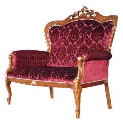 Sofá clásico decorado de oro